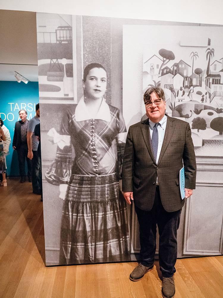 Oramas ao lado de retrato de Tarsila no MoMA, em Nova York (Austin Donohue / The Museum of Modern Art/Divulgação)